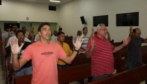 Todos os irmãos presengtes ao evento louvaram ao Senhor em sintonia com o grupo.