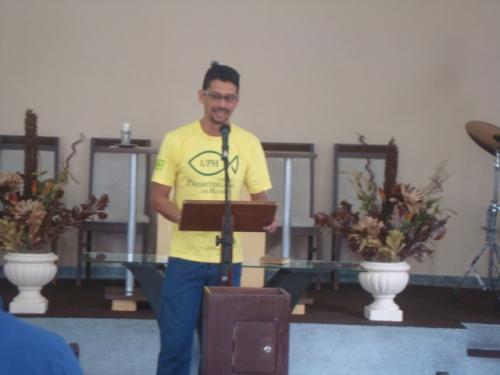 O presbítero Marcelo Fabian, Secretário Presbiterial do Trabalho Masculino do PRPB, louvando ao SENHOR